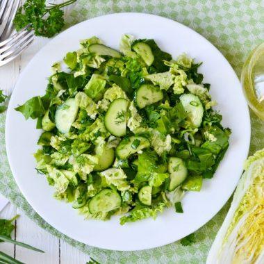 Салат из китайской капусты, огурцов и зелени